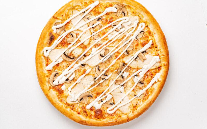 Пицца «Цыплёнок» с грибами и грибным соусом