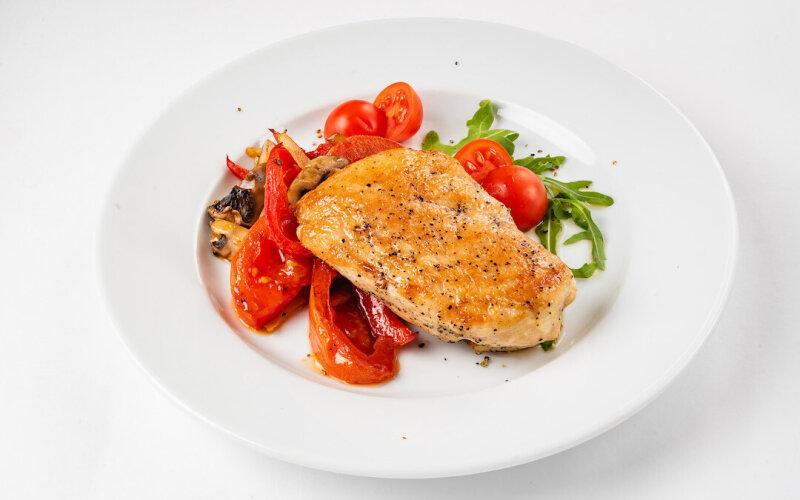 Филе цыплёнка-гриль на подушке из овощей
