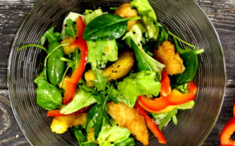 Листья салата с морепродуктами
