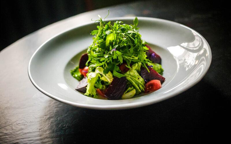 Тёплый салат со свёклой