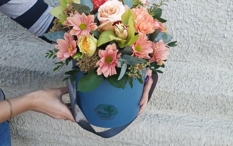 Коробка с цветами орхидея в цвет