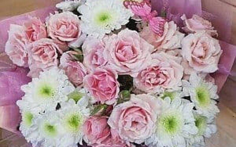 Букет из кустовой розы и хризантемы