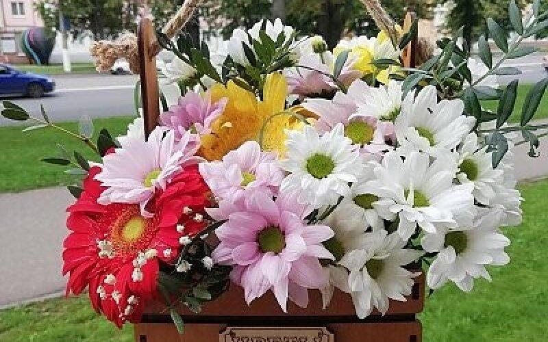 Композиция из цветов в деревянном ящике