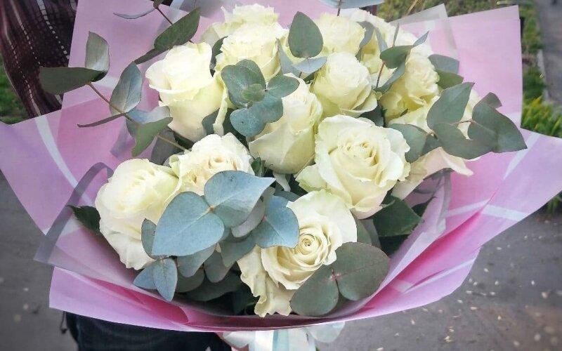 Букет из 17 роз с эвкалиптом