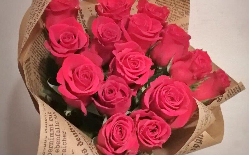 15 роз в крафтовой бумаге