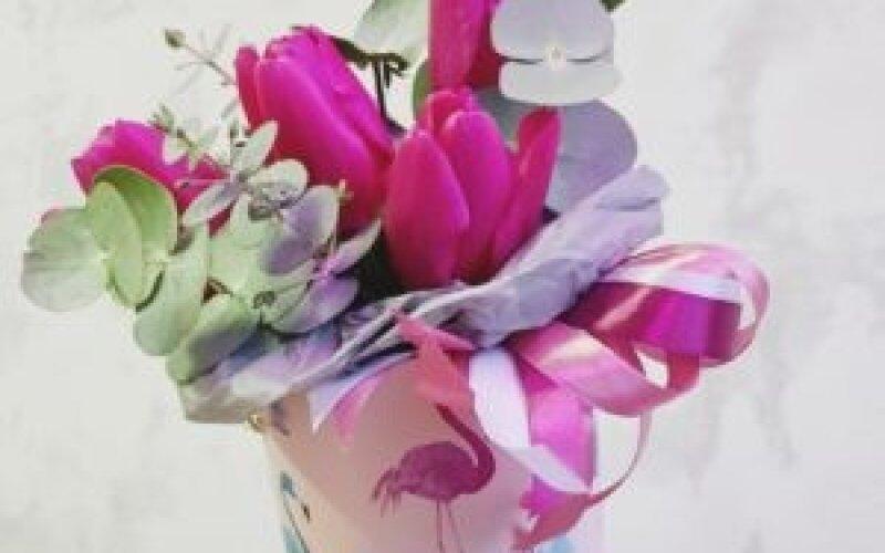 Коробка тюльпанов с зеленью
