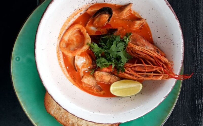 Томатный суп «Карри» с лангустинами, мидиями, кальмаром и филе белой рыбы с кокосовым молоком