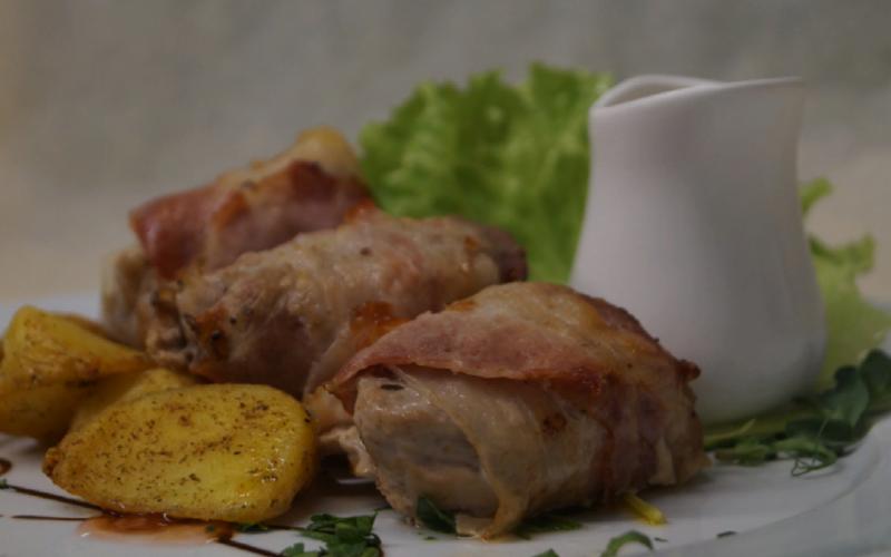 Медальоны из свинины с беконом и картофельными дольками фри