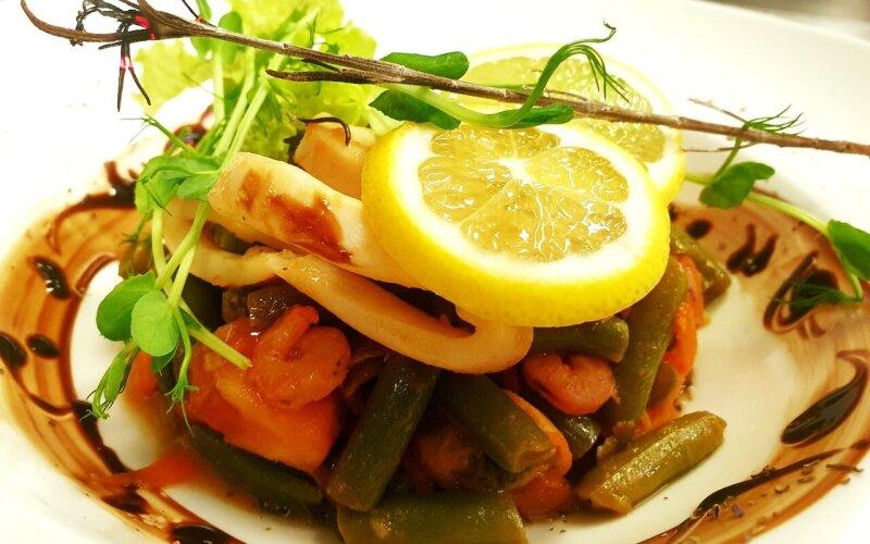 Салат тёплый с морепродуктами