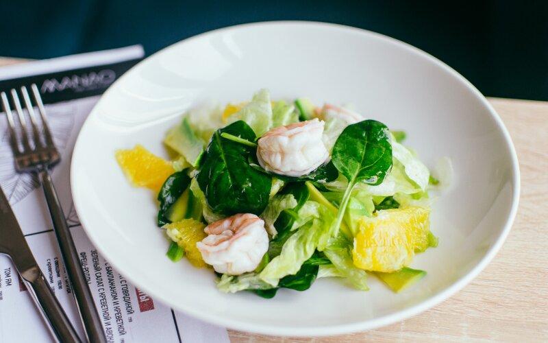 Зелёный салат с креветкой и авокадо