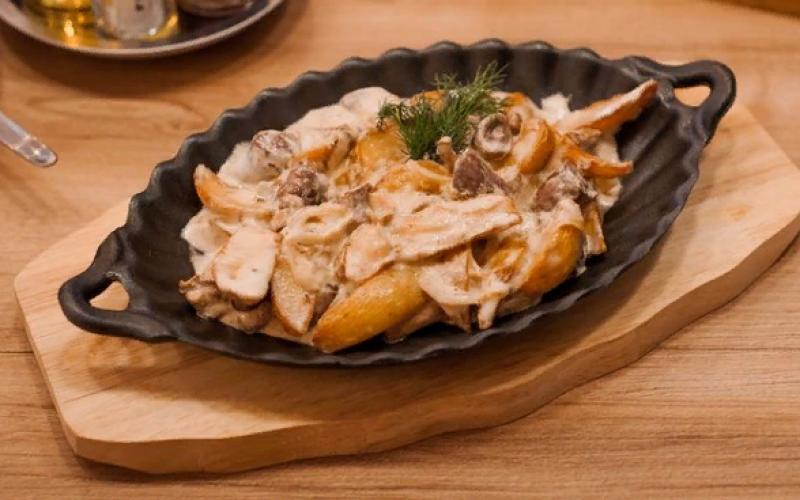 Сковорода с куриными сердечками и лесными грибами