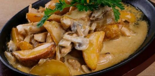 Сковорода с курицей, картофелем и грибами
