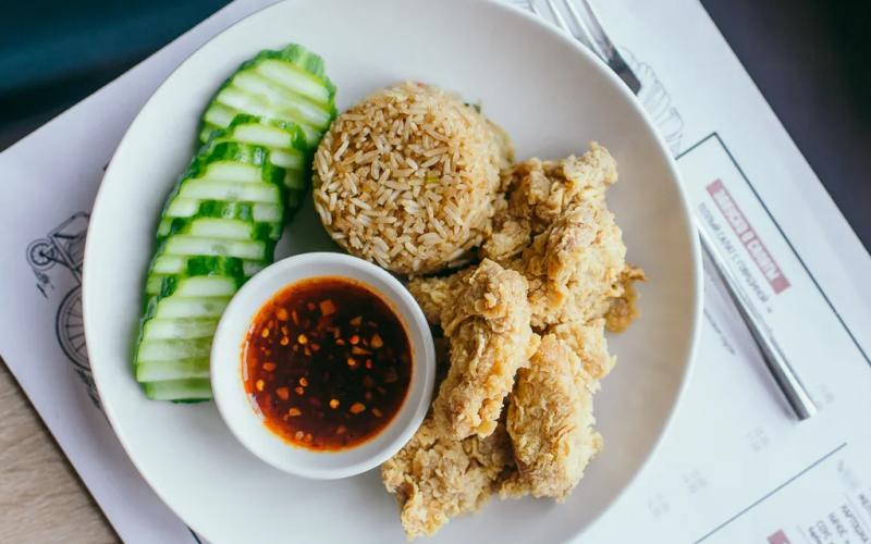 Хрустящий цыплёнок и жареный рис