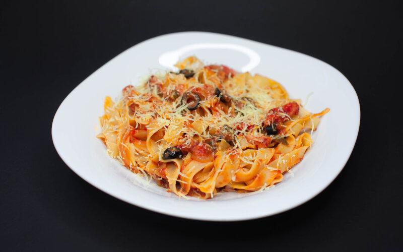 Фетучини с острым томатным соусом