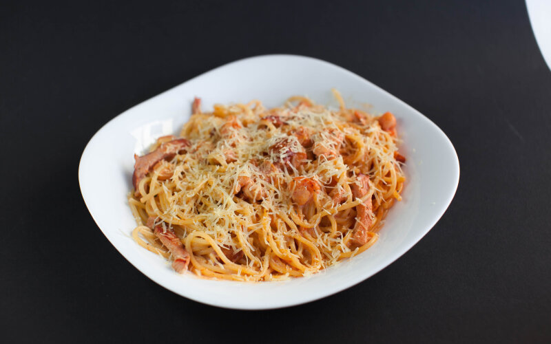 Спагетти с ветчиной и креветками