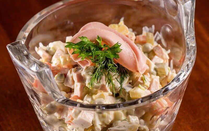 Салат «Оливье» с варёной колбасой