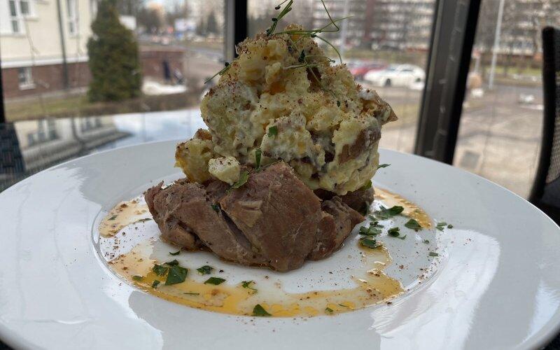 Копчёная свиная шея с тёплым картофельным салатом