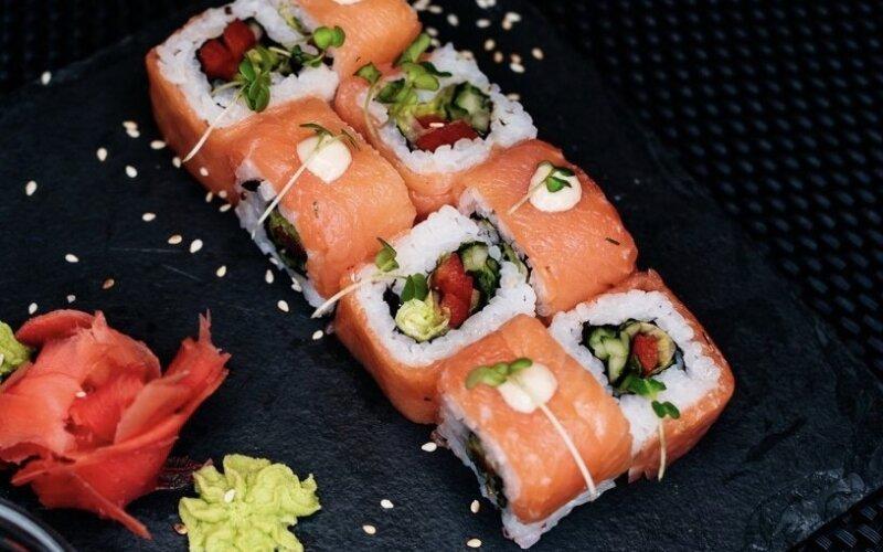 Ролл с копчёным лососем и овощами