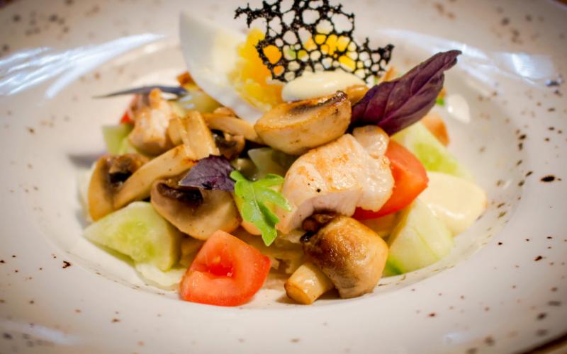 Салат с курицей и сырным соусом