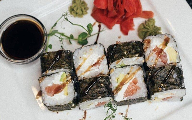 Ролл с копчёным лососем и авокадо