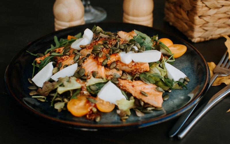 Салат с куриной грудкой, лососем, сыром «Моцарелла» и соусом «Тайским»