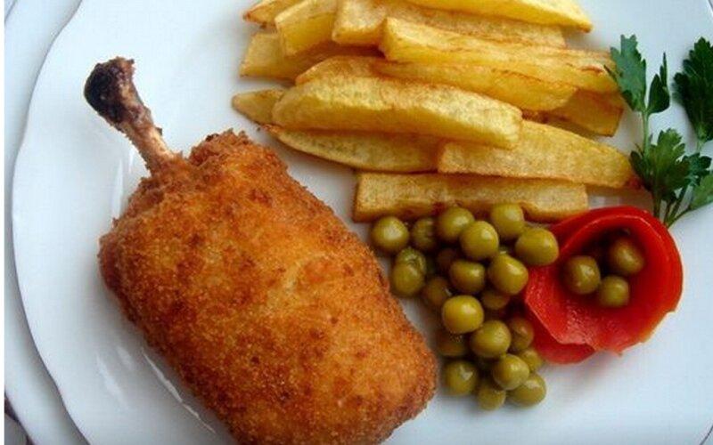 Котлета «По-киевски» с картофелем, капустой и огурцом
