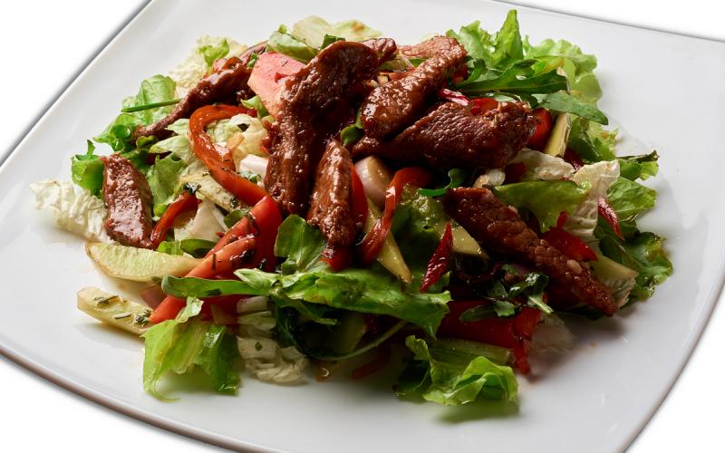 Тёплый салат с говядиной и руколой
