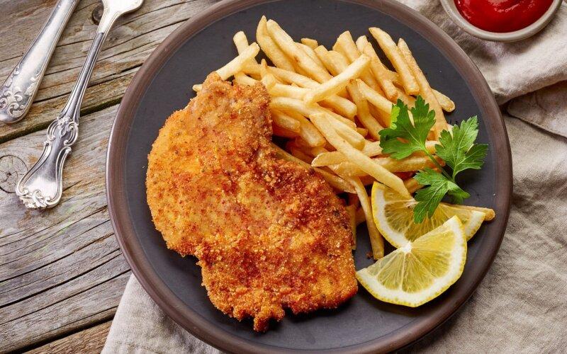 Шницель натуральный «Полесский» с дольками картофеля и овощами
