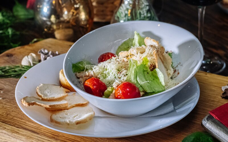 Салат «Цезарь» с куриным филе