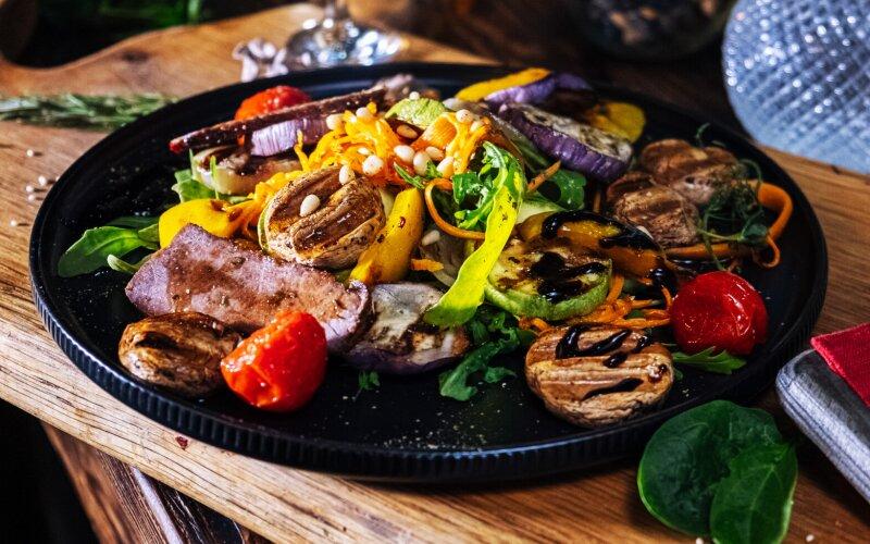 Тёплый салат с говядиной