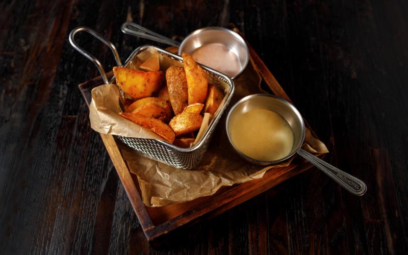 Дольки картофельные с чесноком и травами с чесночным соусом