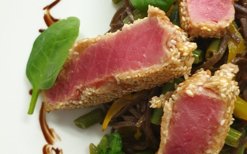 Филе тунца в кунжутной корочке с гречневой лапшой