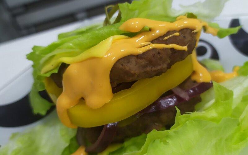 Бургер «Папа мясника» в листьях