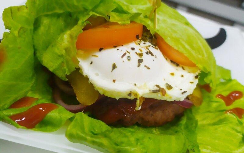 Бургер «Тётя из Барселоны» в листьях