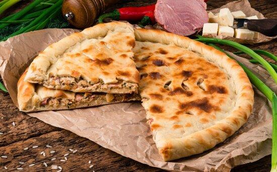 Осетинский пирог с ветчиной, курицей и сливочнымсыром