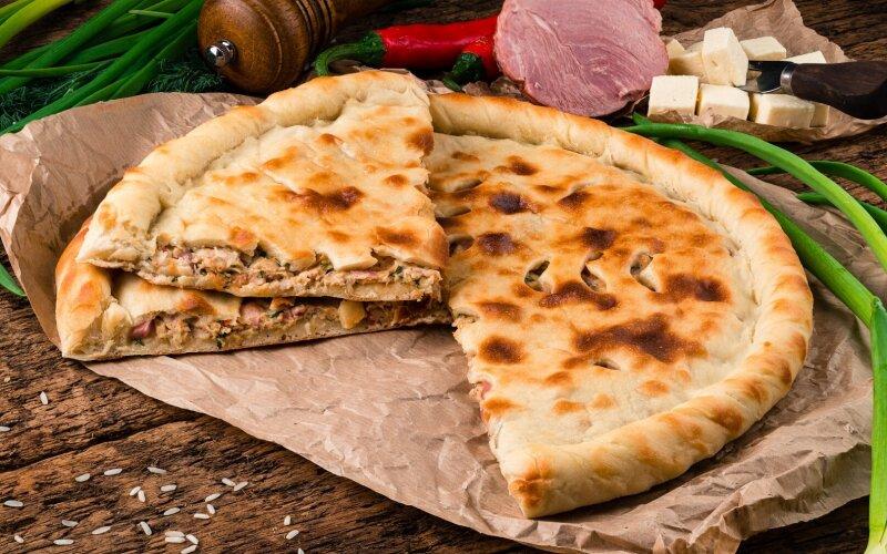 Осетинский пирог с ветчиной, курицей и сливочным сыром