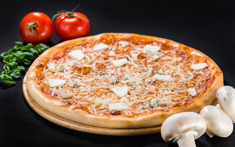Пицца на толстом тесте «Четыре сыра»