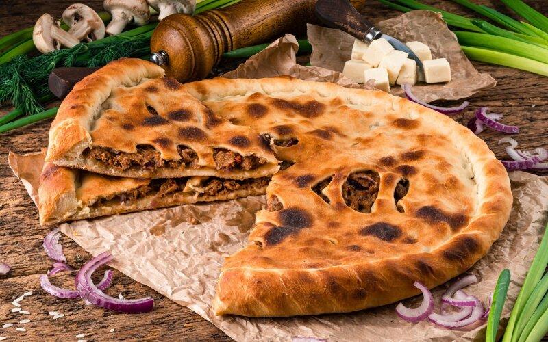 Осетинский пирог со свининой, курицей и  сливочным сыром