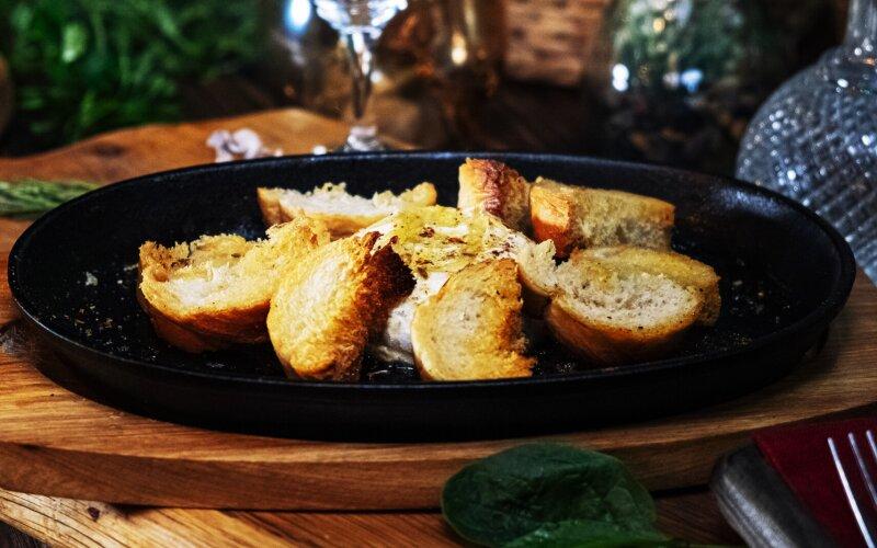 Сыр «Камамбер», запечённый с сухариками