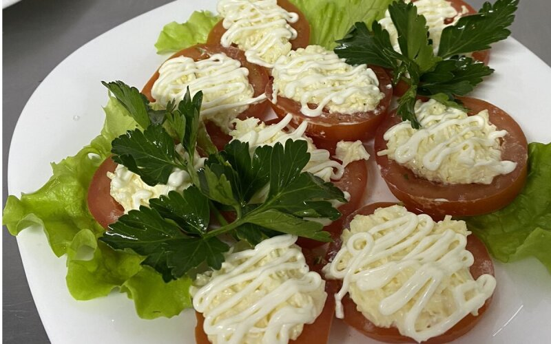 Помидоры, фаршированные сырным салатом