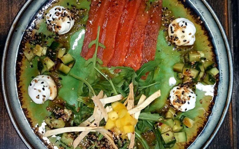 Салат с лососем, руколой, огурцом, сливочным муссом и цитрусовым соусом