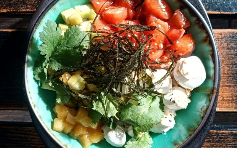 Поке с маринованным лососем, огурцом и сливочным сыром