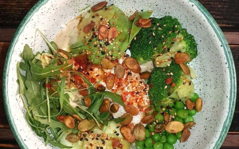 Будда-боул с авокадо, зелёными овощами, тофу и кунжутным соусом