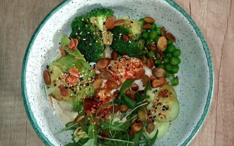 Поке-боул с запечённым авокадо, брокколи, зелёным горошком и кунжутным соусом