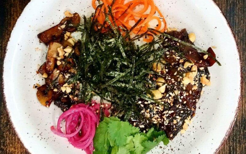 Поке-боул с говядиной в соусе «Тонкацу» и грибами