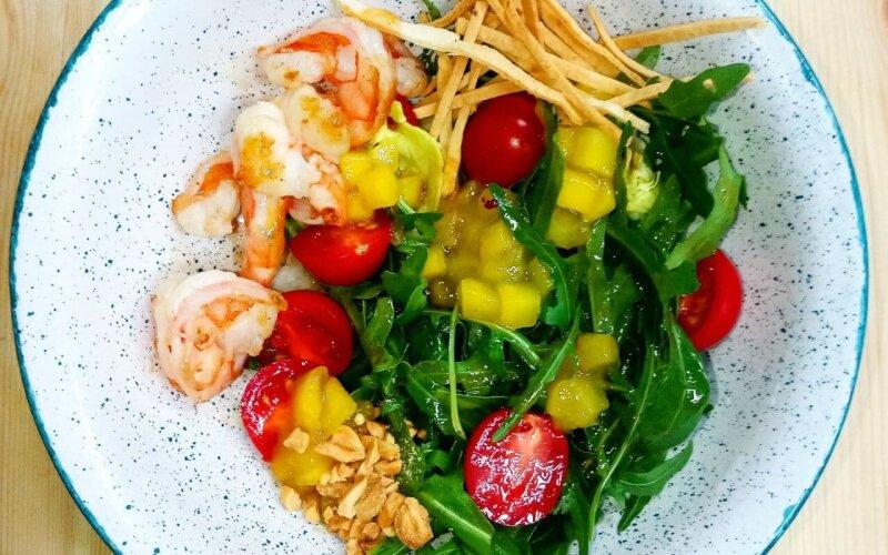 Салат с креветками, руколой, помидорами и манго
