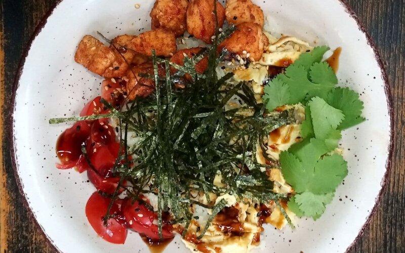 Поке-боул с запечённым лососем «Терияки» и омлетом тамаго