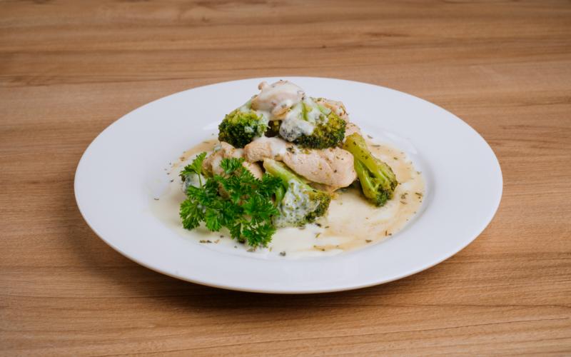 Курица с брокколи в сливочном соусе с сыром «Пармезан»