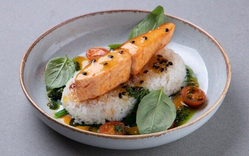Запечённый лосось с соусом из маракуйи
