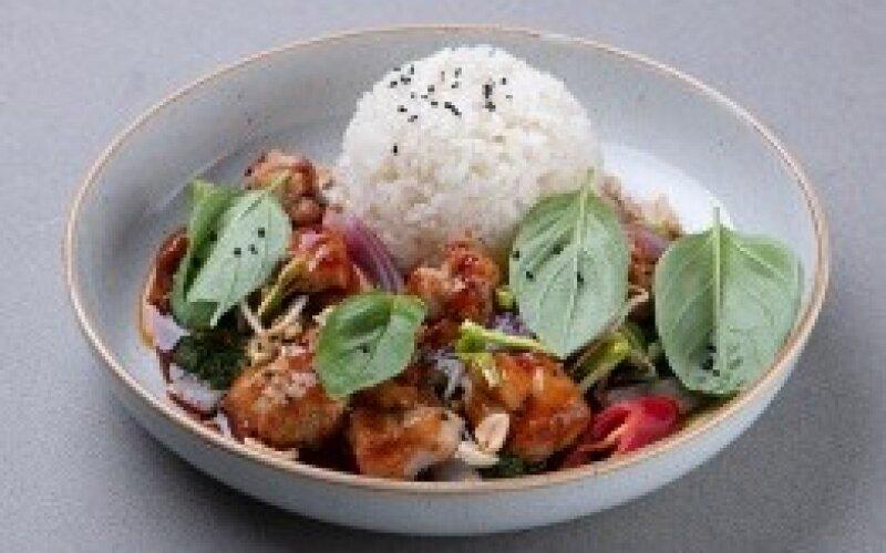 Курица с базиликом и рисом